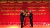 Le Laos décore un vice-ministre des Sciences et Technologies du Vietnam