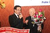 L'ambassadeur Truong Manh Son salue les auteurs du dictionnaire tchèque-vietnamien
