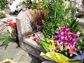 Devant le tombeau de Dang Thuy Trâm