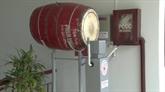 Un robot qui frappe le tambour de l'école