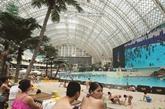 Fausses vacances à la mer sous le toit du «plus grand bâtiment du monde» en Chine