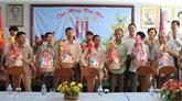 Des cadeaux pour des Viêt kiêu démunis au Cambodge