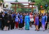Les épouses et époux des dirigeants de l'APEC visitent Hôi An