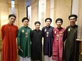 Un défilé des áo dài traditionnels pour hommes en l'honneur de la Journée des patrimoines