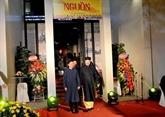 L'ambassadeur russe à un défilé d'ao dài traditionnels pour hommes