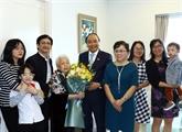 Nguyên Xuân Phuc félicite des enseignants à l'occasion de leur fête