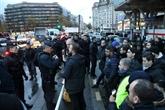 Une centaine de chauffeurs manifestent à Paris pour réclamer l'application de la loi
