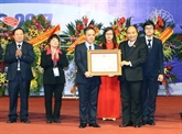 Le Premier ministre Nguyên Xuân Phuc décore l'Hôpital central d'ophtalmologie