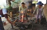 Les villageois de Phuoc Kiêu maintiennent les feux des forges