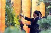 Trân Dai Quang offre de l'encens dans la cité impériale de Thang Long