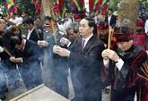 Trân Dai Quang offre de l'encens aux rois Hùng