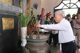 PCV : Nguyên Phu Trong offre de l'encens à l'ancien secrétaire général Lê Duân