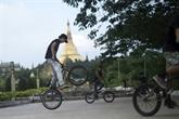 Au Myanmar, les amateurs de BMX en quête de terrain de jeu