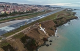 Turquie : sortie de piste spectaculaire dun avion au bord dune falaise