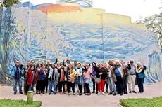 Les premiers touristes étrangers au palais des glaces du parc Thông Nhât en 2018