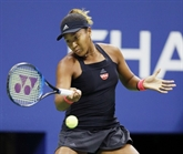 La Japonaise Naomi Osaka surmonte ses larmes pour aller en demi-finale à Pékin