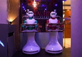 Népal: le premier robot serveur prend les commandes