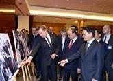 Nguyên Xuân Phuc et Dmitry Medvedev visitent l'exposition de photos sur les liens Vietnam - Russie