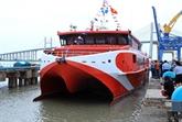 Mise à flot d'un bateau moderne pour faciliter l'accès à Côn Dao