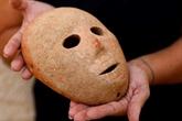 Les archéologues israéliens présentent un rare masque vieux de 9.000 ans