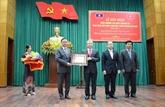 Le Laos remet une distinction honorifique à Thua Thiên-Huê