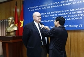 Insigne pour la paix et l'amitié entre les nations à l'ambassadeur brésilien