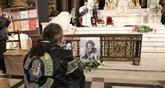 Un an après, les fans de Johnny lui rendent hommage à La Madeleine
