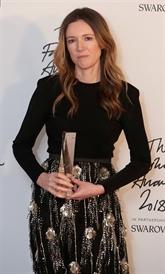 Meghan Markle remet à Clare Waight Keller le prix de meilleure styliste britannique