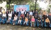 Une organisation américaine offre 500 fauteuils roulants à des handicapés de Quang Binh
