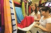 Défilé de mode pour présenter la soie et les brocatelles de Lâm Dông