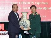 Le Premier ministre Nguyên Xuân Phuc travaille avec le journal Armée populaire