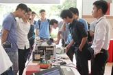 Étudiants vietnamiens et étrangers discutent des ressources humaines 4.0