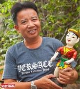 Lartisan qui amène les marionnettes sur leau au Sud