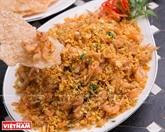 Mini-crevettes frites servies avec des galettes de riz grillées