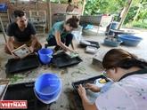 Fabrication du papier dódans la province de Hoà Binh
