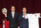 Le PM offre un t-shirt de la sélection nationale U23 aux enchères pour collecter des fonds pour les pauvres