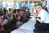 Cadeaux de Nguyên Xuân Phuc à des familles nécessiteuses au Cambodge