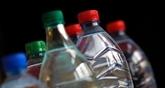 Leau en bouteille de plusieurs marques contaminée par des particules de plastique