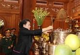 La présidente de l'AN offre de l'encens au Président Hô Chi Minh au site K9