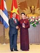 La présidente de l'AN du Vietnam reçoit la distinction honorifique de l'État cubain