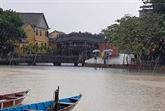 Dans la vieille ville de Hôi An, la pluie du matin réjouit le pèlerin