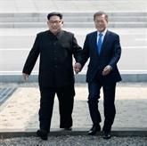 Poignée de main entre Kim et Moon avant leur sommet historique