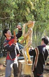 La sculpture de statues en bois, un art répandu sur les hauts plateaux du Centre