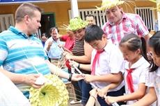 Des jeunes communistes de Cuba à Bên Tre