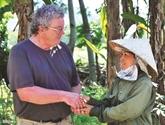 Un vétéran américain aux côtés des Vietnamiennes démunies