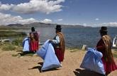 Bolivie: des indigènes nettoient le lac Titicaca pour l'exemple