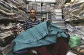 Des artisans tunisiens jouent des ciseaux pour le costume de la sélection