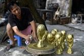Au Vietnam, des répliques du trophée de la Coupe du monde déjà en préparation