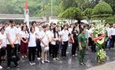 Des jeunes Viêt kiêu brûlent de l'encens au sein du site historique du carrefour de Dông Lôc
