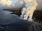 Éruption à Hawaï: 23 blessés dans un tour en bateau, nouvelle île de lave